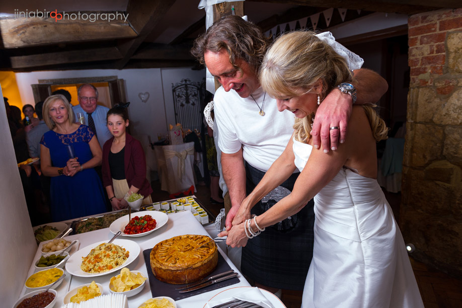 bride_and_groom_cutting_the_cake_at_fawsley_hall