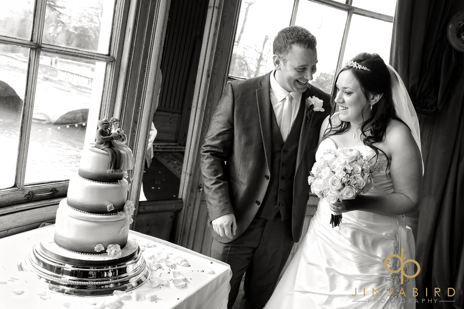 swan_hotel_bedford_wedding_photo_bride_and_groom_cut_cake