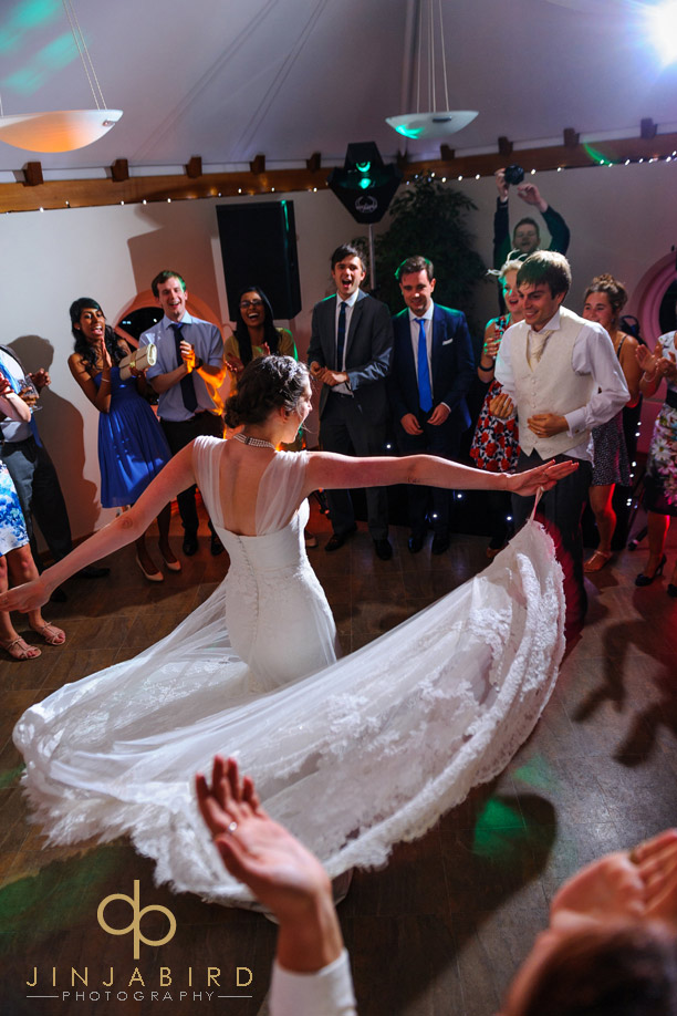 bride_and_groom_dancing_hall