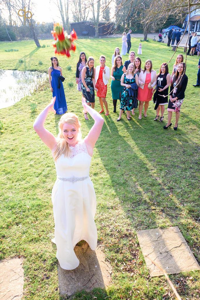 minstrel-court-bride-throws-bouquet